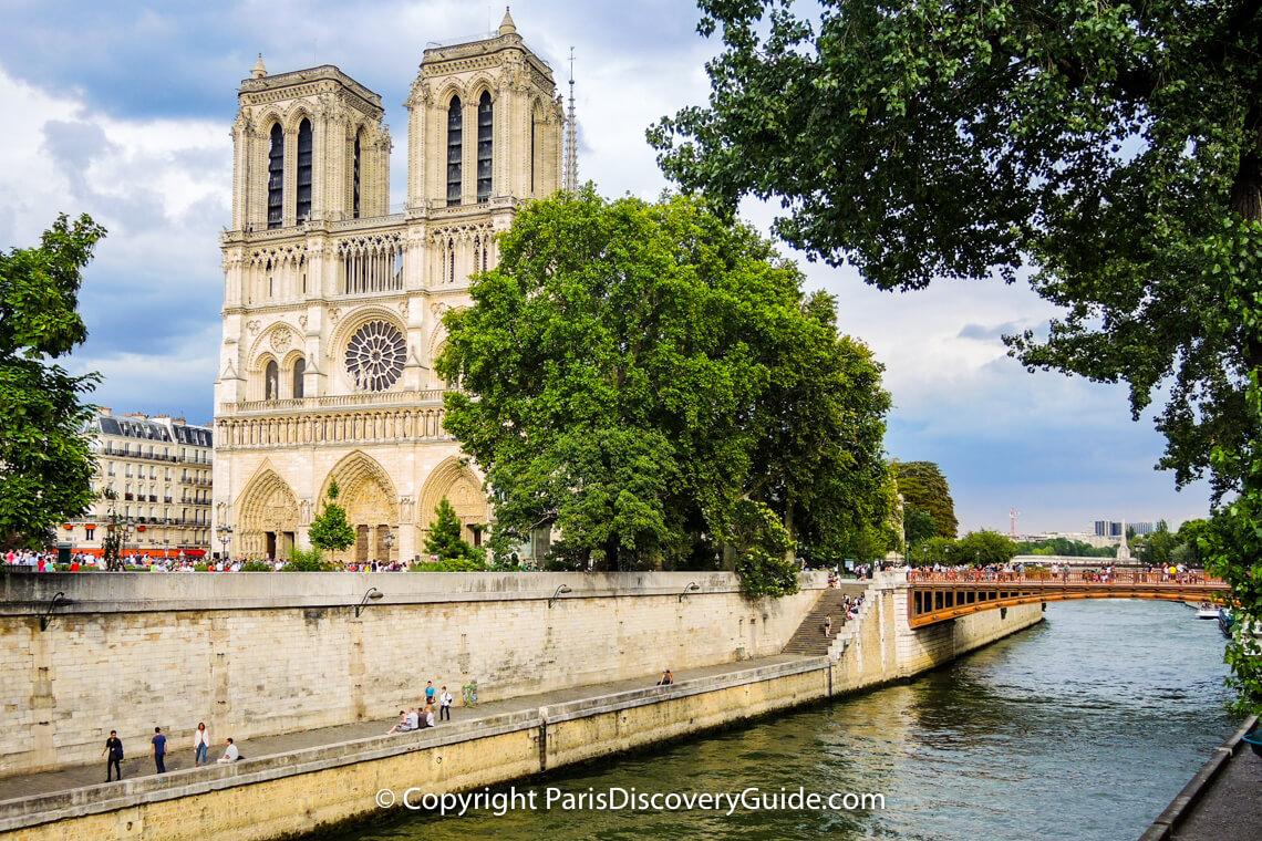 Notre Dame de Paris next to Seine River