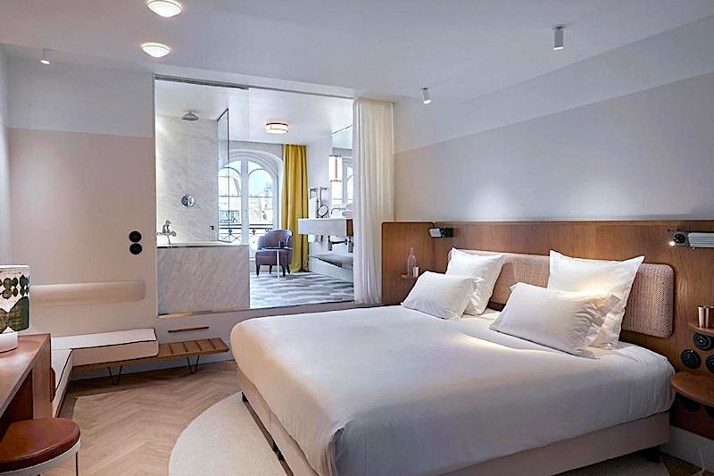 Terraceroom and bath at Hotel du Sentier in Paris's 2nd district