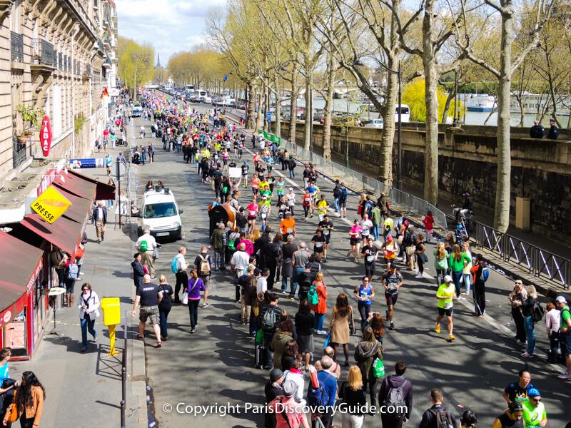 Paris Marathon runners near the Bir Hakeim Bridge across the Seine