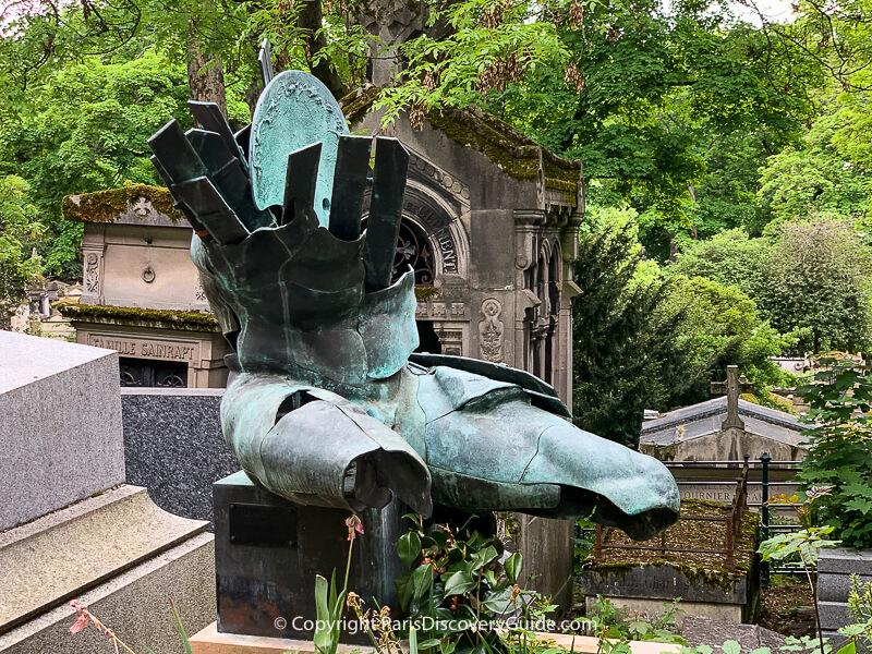 Sculpture by Andrey Lekarski on Nitzel tomb at Pere Lachaise