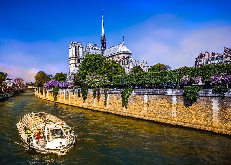 Dinner cruise boat cruise on the Seine River- Photo credit: istock photos/extravagantni