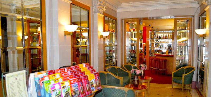 Lobby and bar in Hôtel Royal Élysées
