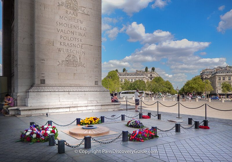Tomb of the Unknown Soldier in front of the arch