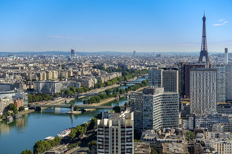 Paris skyline view from hot air balloonincluding Ile des Cygnes in the Seine River and the Eiffel Tower - Photo credit: Guilhem Vellut, CC by 2.0