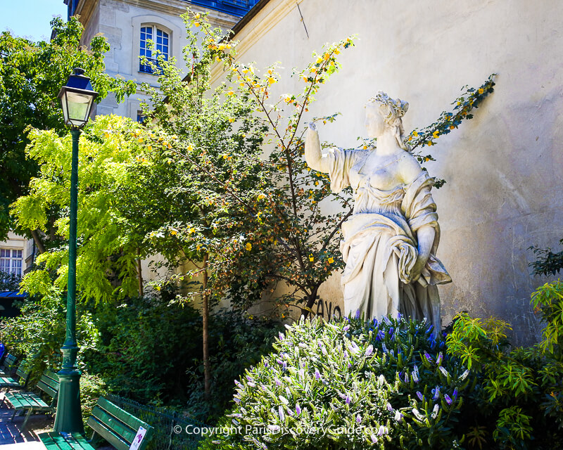 "Square Léopold-Achille - statue of ""Standing Woman"""