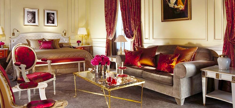 Guestroom with seating area at Le Meurice